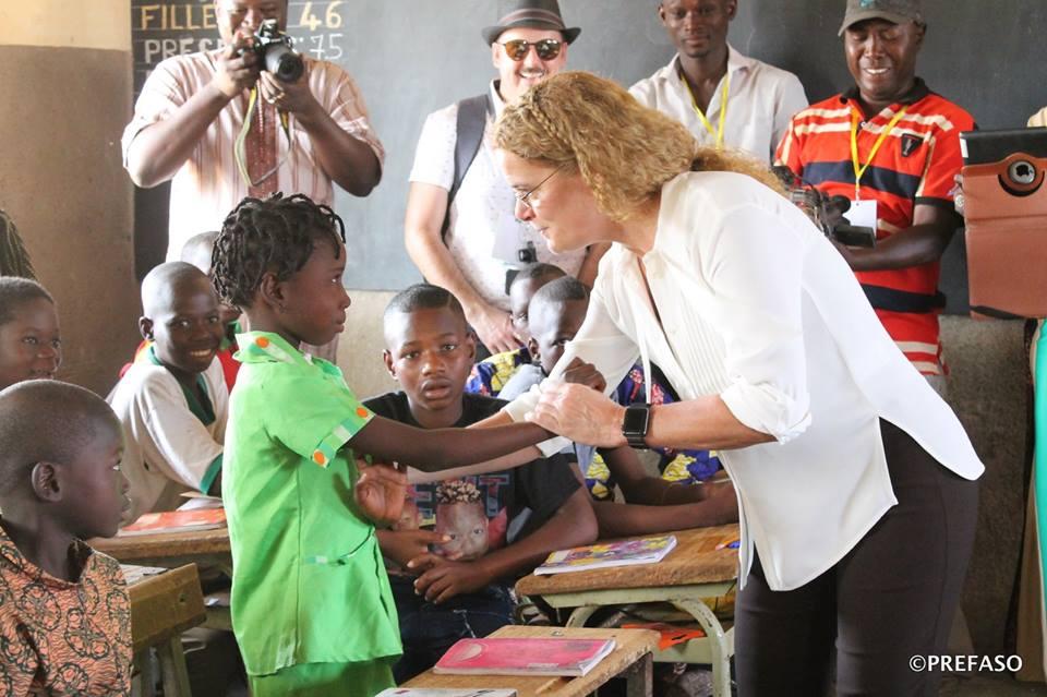 La gouverneure du Canada dans une école à Koubri: Julie Payette au CP1 de Tangsèga